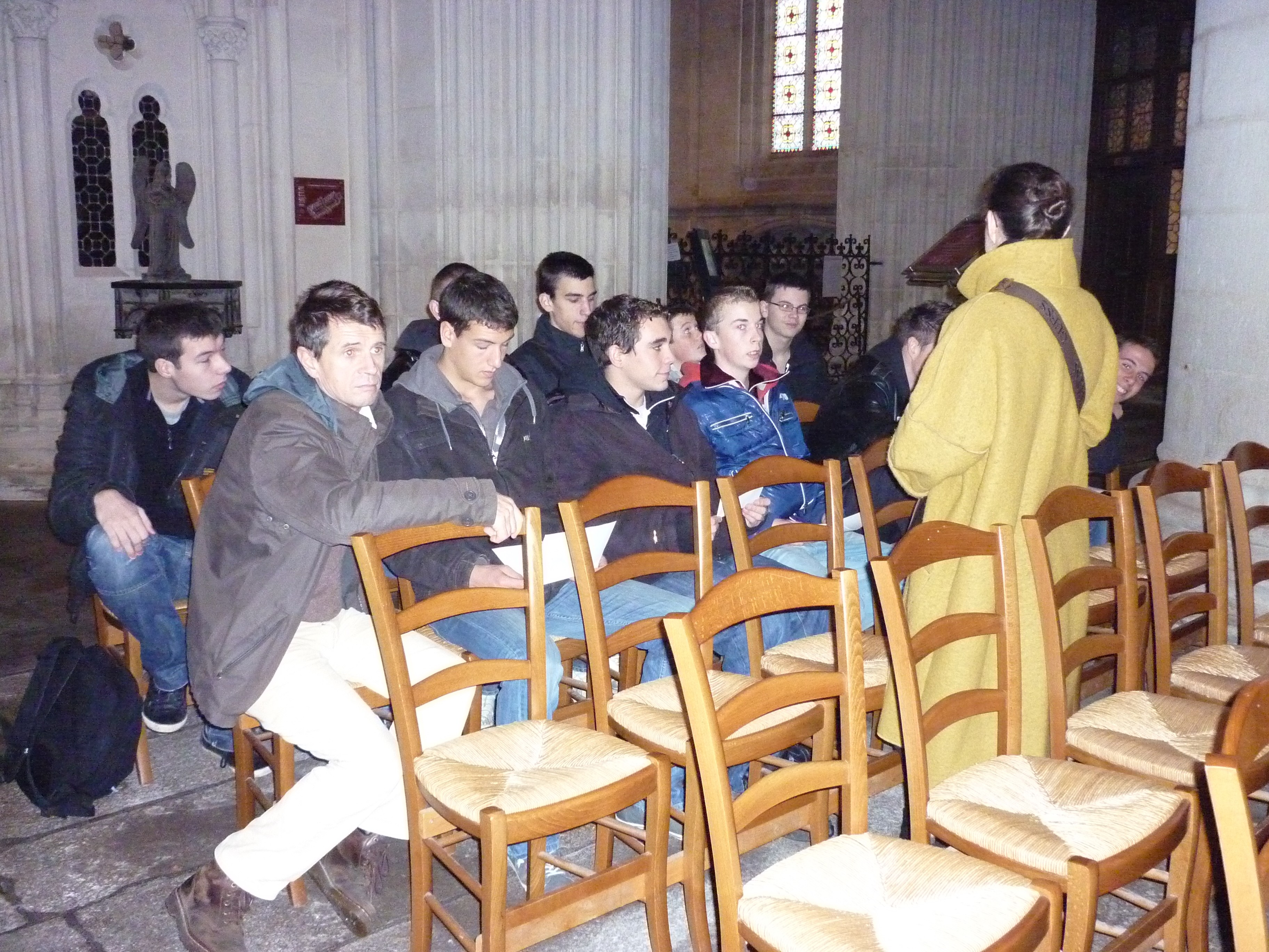 Groupe attentif au guide